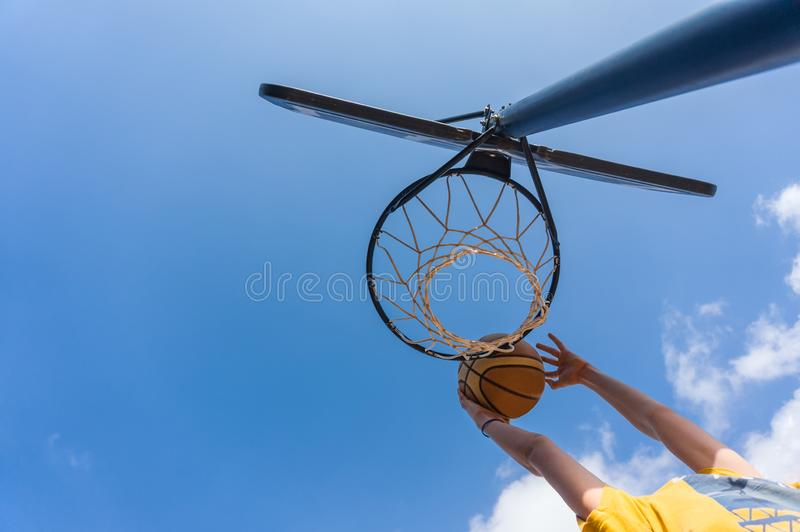 Βρόντος dunk στην καλαθοσφαίριση στοκ φωτογραφία με δικαίωμα ελεύθερης χρήσης