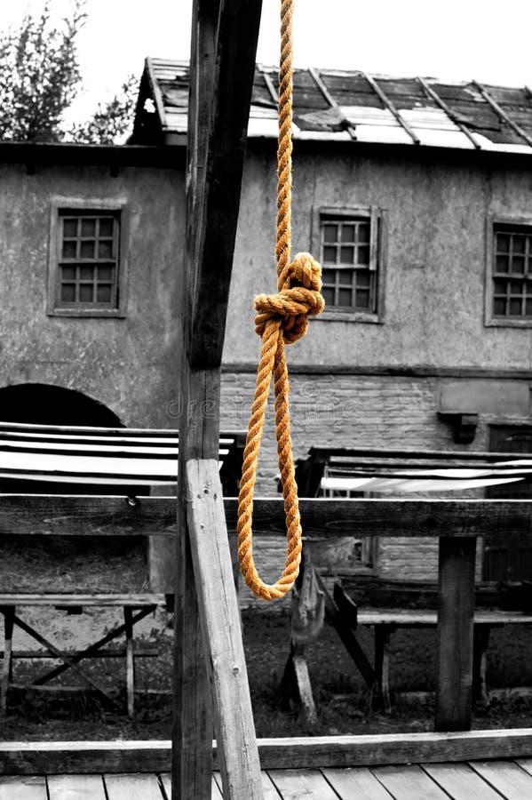 Βρόχος από ένα σχοινί σε ένα ικρίωμα για το κρεμασμένο άτομο στοκ φωτογραφίες