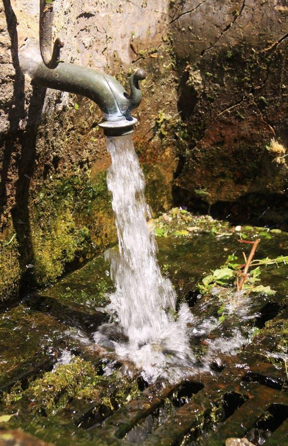 Βρύση με το τρεχούμενο νερό στοκ φωτογραφία με δικαίωμα ελεύθερης χρήσης