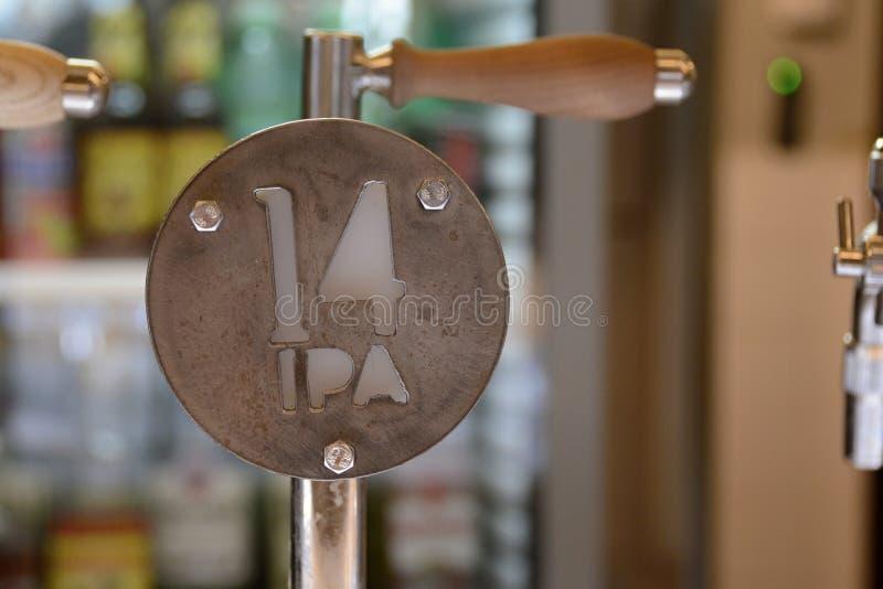 Βρύση μπύρας μετάλλων για τη χλωμή αγγλική μπύρα της Ινδίας, Δημοκρατία της Τσεχίας, Ευρώπη στοκ εικόνες