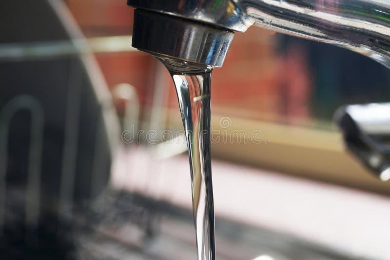 Βρύση που απελευθερώνει το νερό στοκ εικόνα