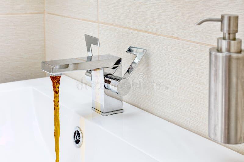 Βρύση χρώμιο-πιάτων με το σκουριασμένο, βρώμικο νερό στοκ φωτογραφίες με δικαίωμα ελεύθερης χρήσης