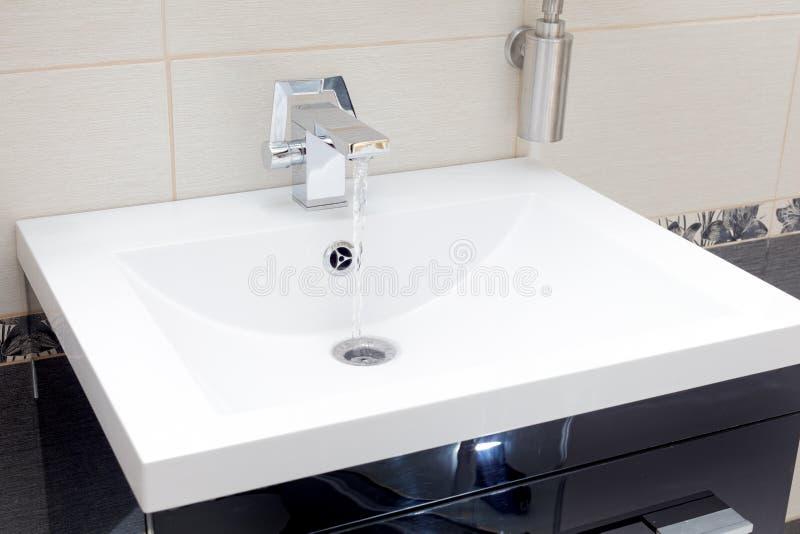 Βρύση χρώμιο-πιάτων στοκ εικόνα