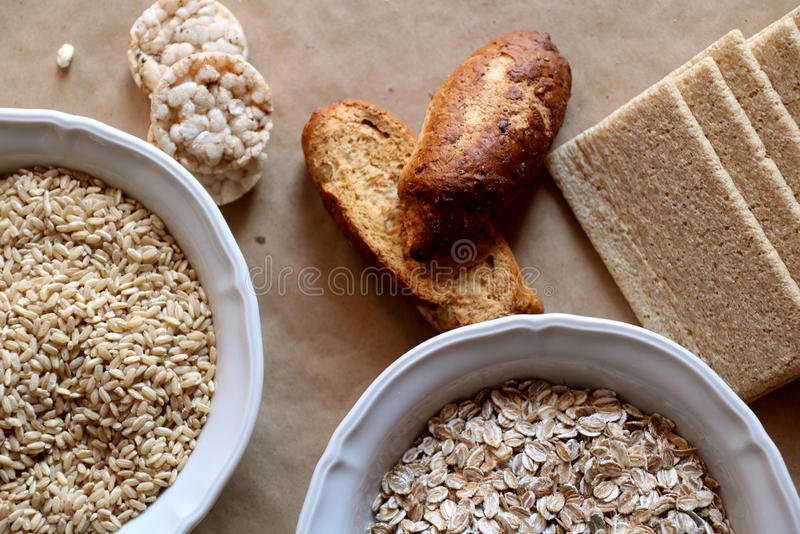 Βρώμες και ρύζι σε ένα κύπελλο Κέικ και ψωμί ρυζιού στο υπόβαθρο τρόφιμα υδατανθράκων υψηλά στοκ εικόνες