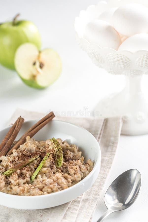 Βρώμες με το πράσινο μήλο στοκ φωτογραφία με δικαίωμα ελεύθερης χρήσης