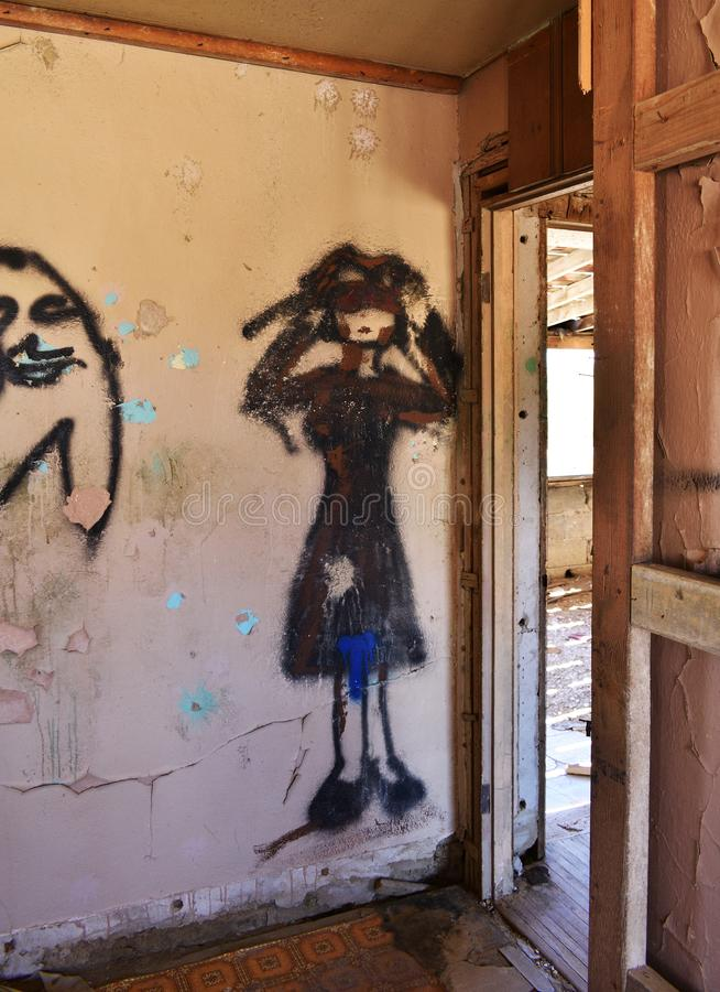 Βρώμικα γκράφιτι σε ένα εγκαταλειμμένο κτήριο στοκ φωτογραφίες