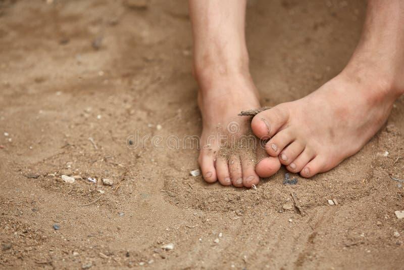 Βρώμικα γυμνά πόδια του φτωχού μικρού κοριτσιού, εκλεκτική εστίαση, ρηχό βάθος του τομέα στοκ εικόνες