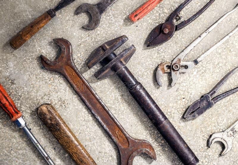 Βρώμικα και σκουριασμένα εργαλεία παλαιών χεριών Χρήσιμος ως υπόβαθρο για την επισκευή στοκ εικόνες με δικαίωμα ελεύθερης χρήσης