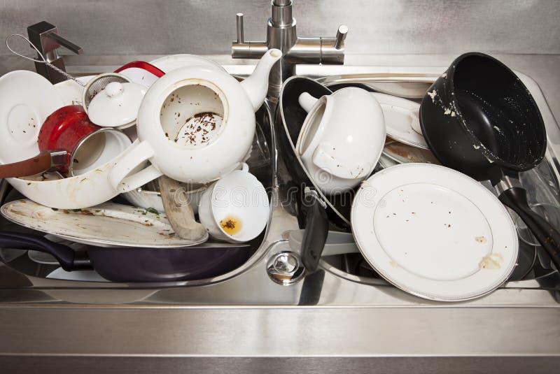 Βρώμικα πιάτα στο νεροχύτη στην κουζίνα στοκ εικόνες