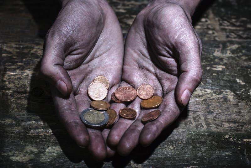 Βρώμικα χέρια που ζητούν το μικροπράγμα Διανομή της ελπίδας Χέρια βοηθείας στοκ εικόνα