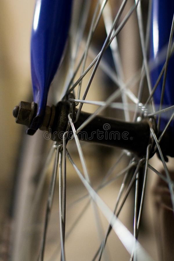 Βρώμικα spokes ενός μπλε ποδηλάτου στοκ φωτογραφίες