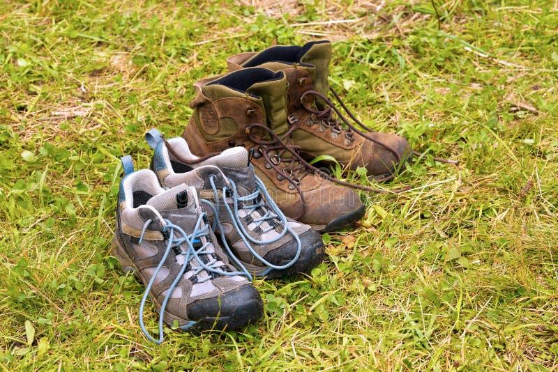 Βρώμικες μπότες πεζοπορίας στην υγρή χλόη στοκ φωτογραφίες με δικαίωμα ελεύθερης χρήσης