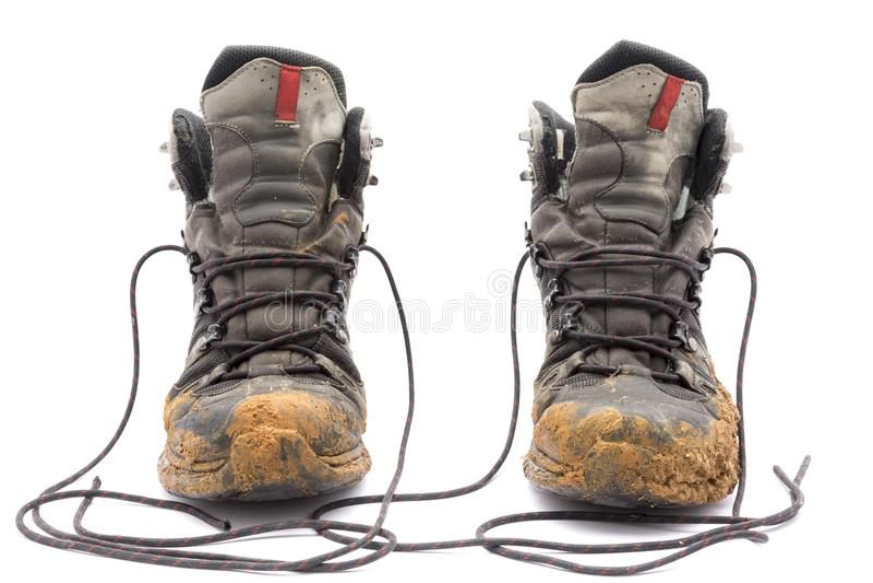 Βρώμικες μπότες πεζοπορίας στο άσπρο υπόβαθρο στοκ εικόνες με δικαίωμα ελεύθερης χρήσης