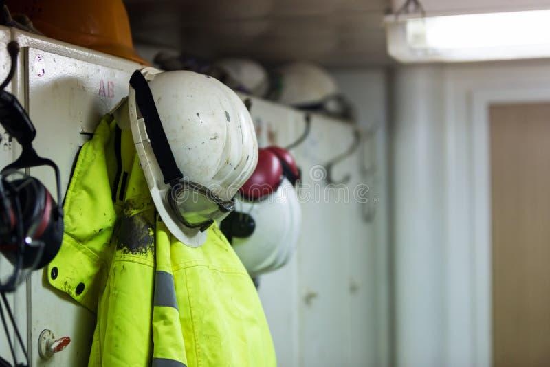 Βρώμικη ένωση προστατευτικής ενδυμασίας εργαζομένων στο αποδυτήριο στοκ φωτογραφίες