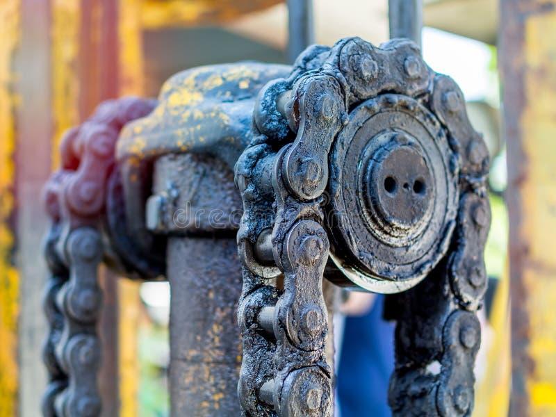 Βρώμικη αλυσίδα των forklifts στοκ φωτογραφία