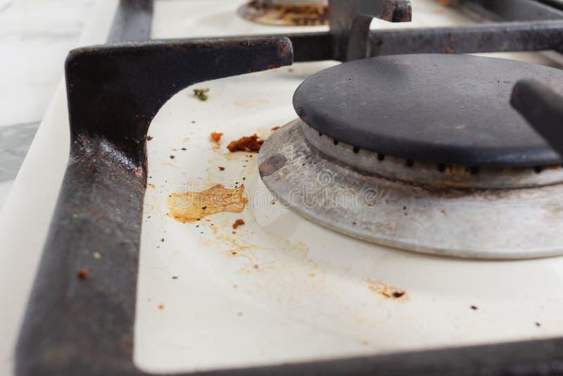 Βρώμικη επιφάνεια μαγειρικής καμίνου με λεκέδες από λίπος και αιθάλη στοκ εικόνες