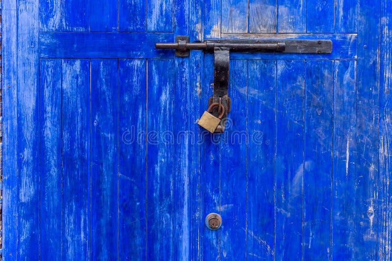 Βρώμικη μπλε πόρτα κλειστή στοκ φωτογραφία με δικαίωμα ελεύθερης χρήσης