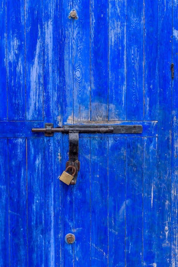 Βρώμικη μπλε πόρτα κλειστή στοκ εικόνα