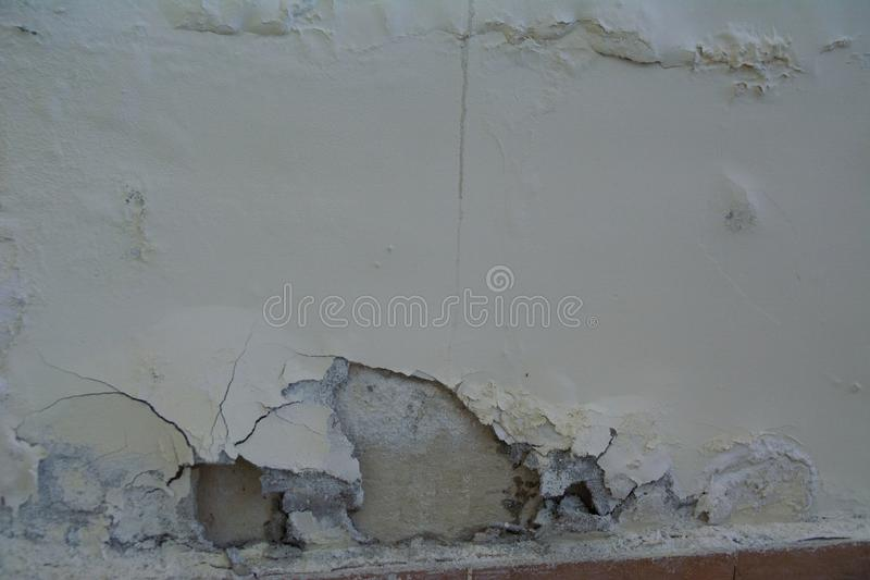Βρώμικη ραγισμένη άσπρη αποφλοίωση χρωμάτων τοίχων μακριά στοκ εικόνες