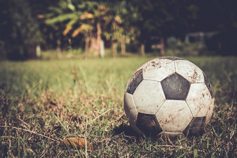Βρώμικη σφαίρα ποδοσφαίρου στη χλόη στοκ εικόνα με δικαίωμα ελεύθερης χρήσης