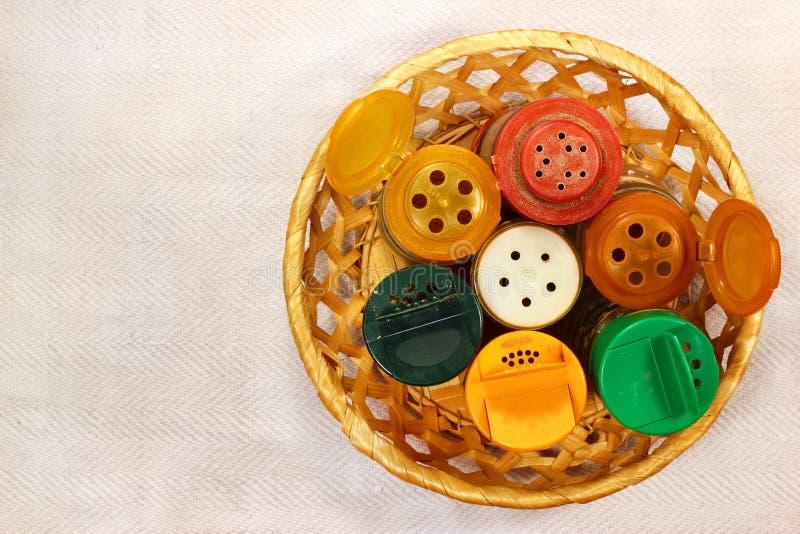 Βρώμικοι δονητές μπουκαλιών με το αλατισμένα πιπέρι και τα καρυκεύματα Τοπ όψη στοκ εικόνες
