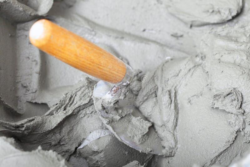 Βρώμικοι trowel και κάδος στο εργοτάξιο. Ανακαίνιση στο σπίτι στοκ εικόνα με δικαίωμα ελεύθερης χρήσης