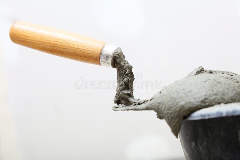 Βρώμικοι trowel και κάδος στο εργοτάξιο. Ανακαίνιση στο σπίτι στοκ φωτογραφίες με δικαίωμα ελεύθερης χρήσης