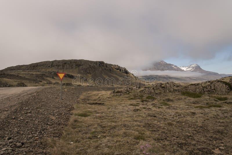 Βρώμικος δρόμος με τα βουνά και τους απότομους βράχους, νοτιοανατολική Ισλανδία στοκ εικόνες με δικαίωμα ελεύθερης χρήσης