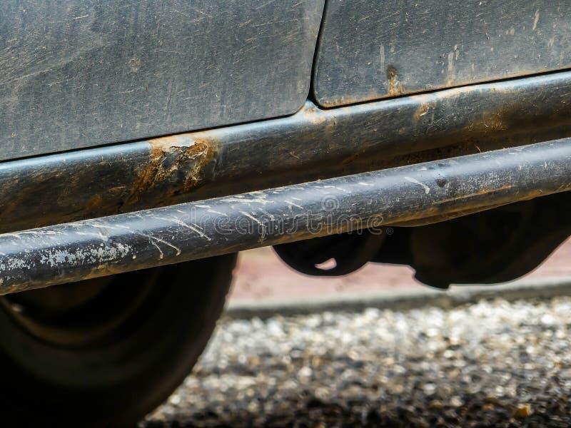 Βρώμικος, οξύδωσε τετράτροχο, από το οδικό αυτοκίνητο στοκ φωτογραφίες