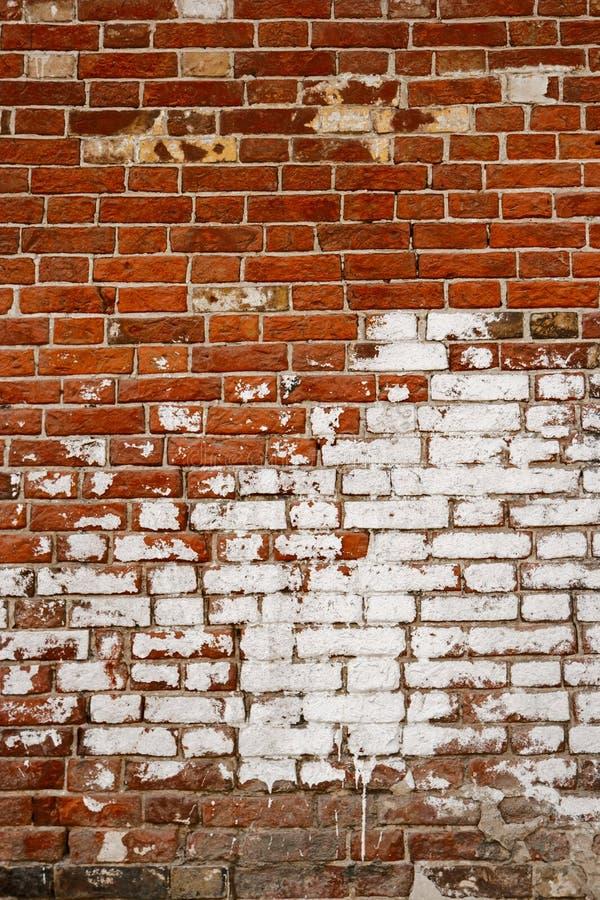 Βρώμικος παλαιός τοίχος πετρών τούβλου Grunge εξωτερικός στον αρχαίο ναό Ξεπερασμένο κατασκευασμένο υπόβαθρο σχεδίων με το διάστη στοκ εικόνα με δικαίωμα ελεύθερης χρήσης