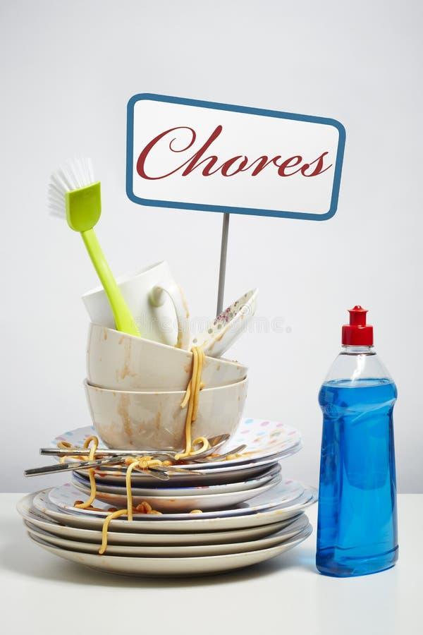 Βρώμικος σωρός πιάτων που χρειάζεται να πλύνει επάνω στο άσπρο υπόβαθρο στοκ εικόνες