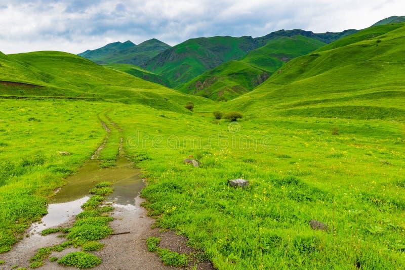 βρώμικος χωματόδρομος που οδηγεί στα βουνά στοκ φωτογραφίες