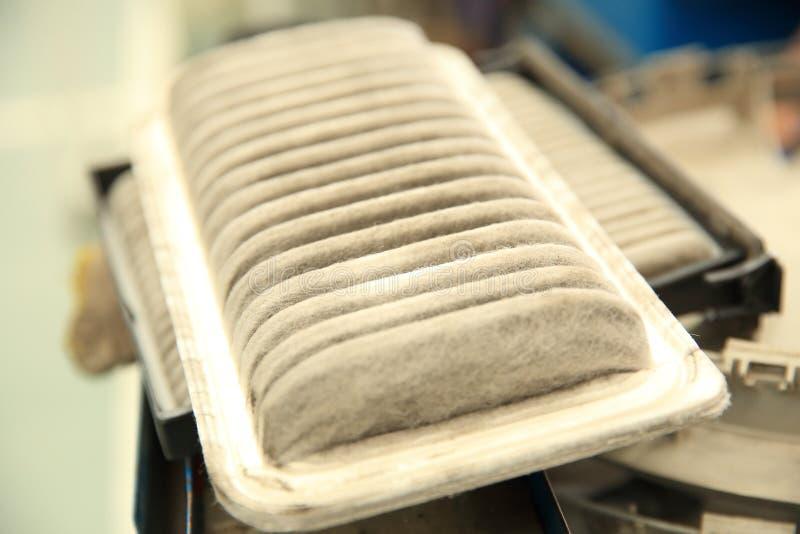 Βρώμικο καθαρό φίλτρο αέρα για το αυτοκίνητο στοκ εικόνες