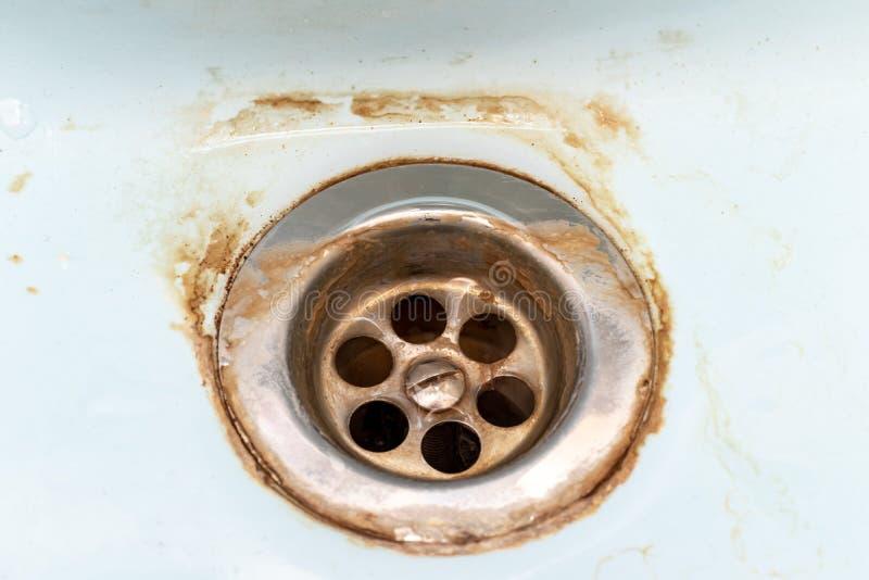 Βρώμικο πλέγμα αγωγών νεροχυτών, τρύπα με το limescale ή την κλίμακα ασβέστη και σκουριά σε το στενό επάνω, βρώμικο σκουριασμένο  στοκ φωτογραφία