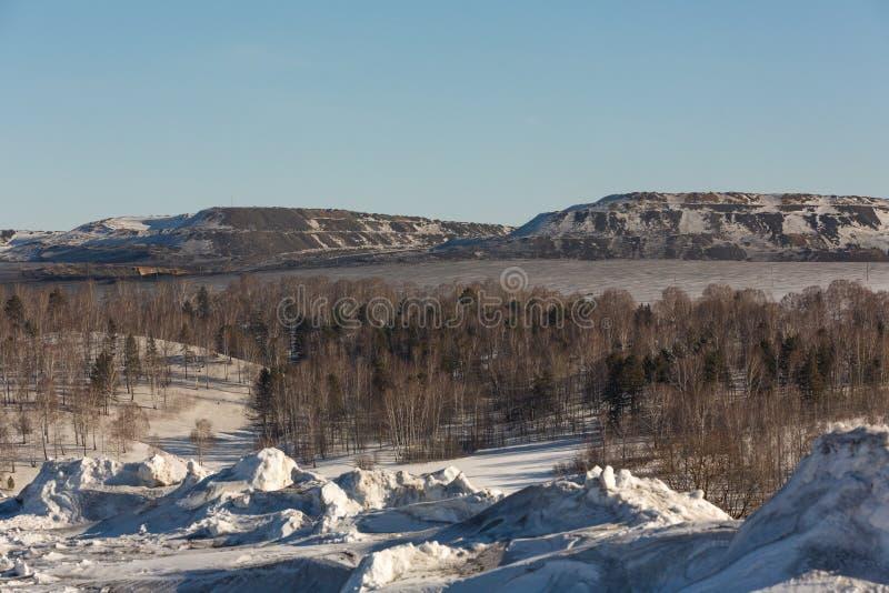 Βρώμικο χιόνι στο υπόβαθρο του ανθρακωρυχείου το χειμώνα, Ρωσία στοκ φωτογραφίες με δικαίωμα ελεύθερης χρήσης