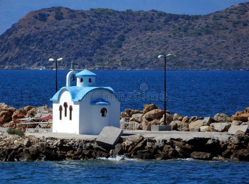 Βυζαντινή εκκλησία σε μια αποβάθρα κοντά σε Chania, Κρήτη Ελλάδα στοκ εικόνες
