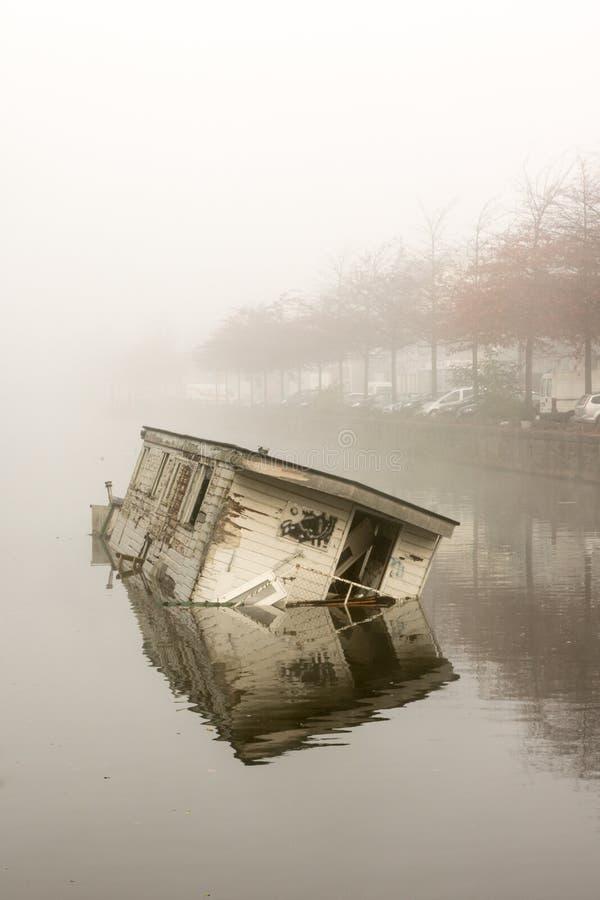 Βυθίζοντας πλωτό σπίτι στοκ φωτογραφία με δικαίωμα ελεύθερης χρήσης