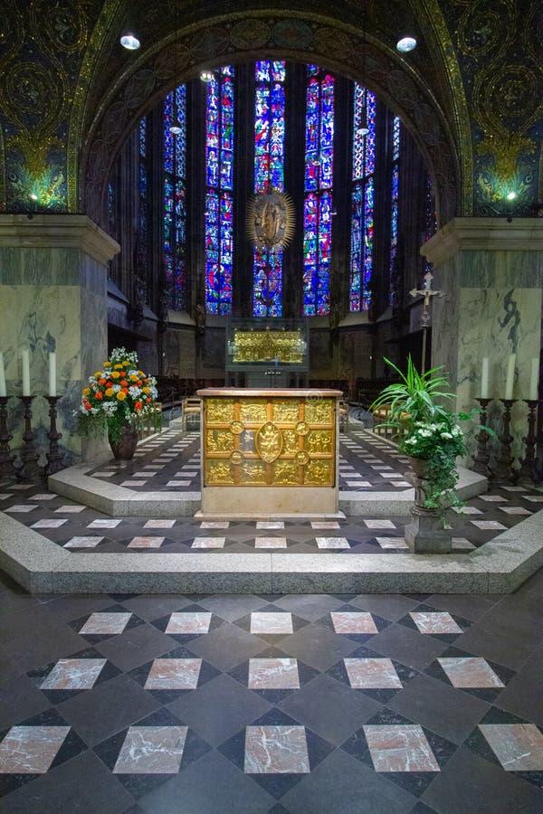 Βωμός στην εκκλησία και στα λεκιασμένα υπόβαθρο παράθυρα γυαλιού στοκ φωτογραφία