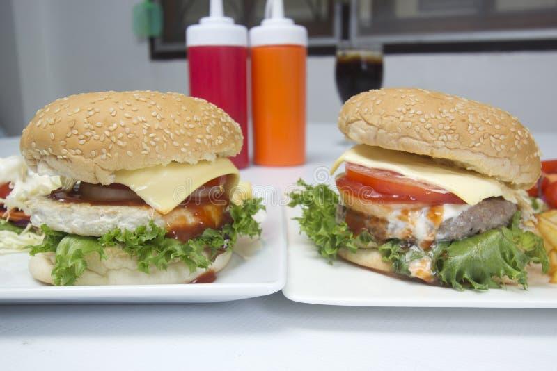 Βόειο κρέας και κοτόπουλο Bueger χάμπουργκερ στοκ εικόνα με δικαίωμα ελεύθερης χρήσης