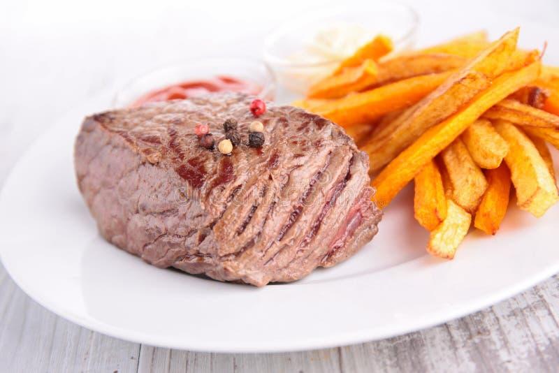 Βόειο κρέας και τηγανιτές πατάτες στοκ εικόνα
