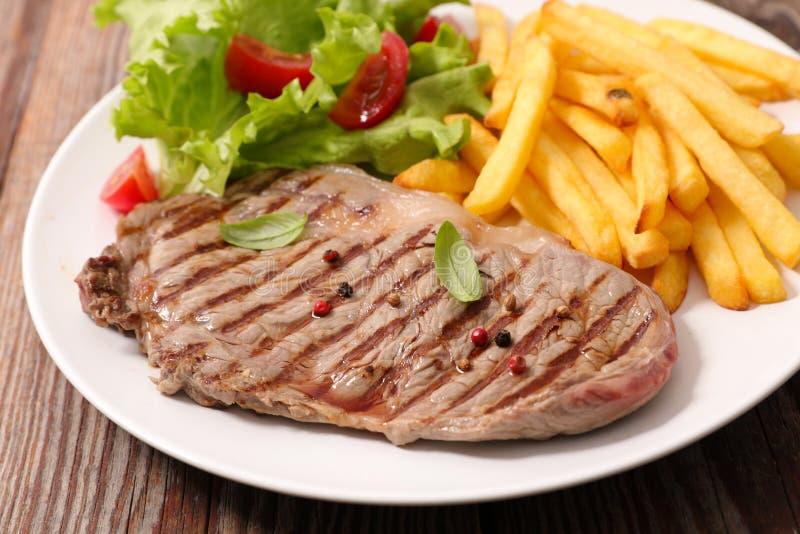 Βόειο κρέας και τηγανιτές πατάτες στοκ φωτογραφία