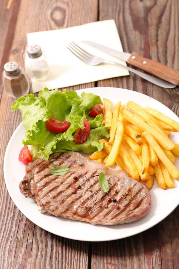 Βόειο κρέας και τηγανιτές πατάτες στοκ εικόνες με δικαίωμα ελεύθερης χρήσης