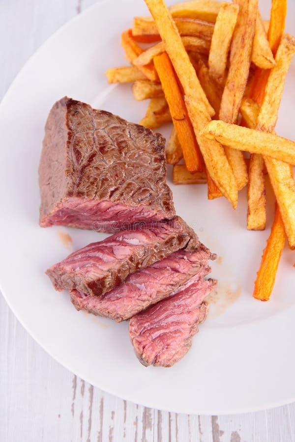 Βόειο κρέας και τηγανιτές πατάτες στοκ φωτογραφία με δικαίωμα ελεύθερης χρήσης