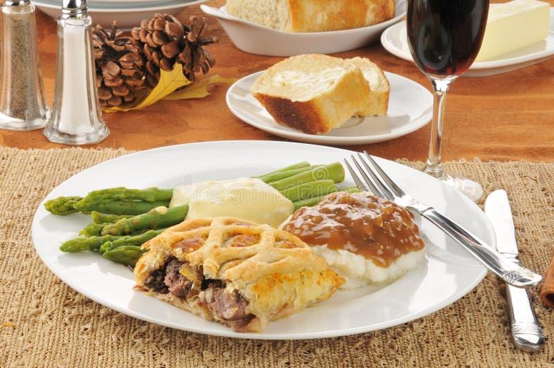 Βόειο κρέας Ουέλλινγκτον και κρασί στοκ φωτογραφία με δικαίωμα ελεύθερης χρήσης