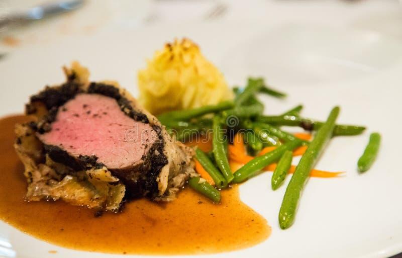 Βόειο κρέας Ουέλλινγκτον με τα πράσινες φασόλια και τις πατάτες στοκ φωτογραφία