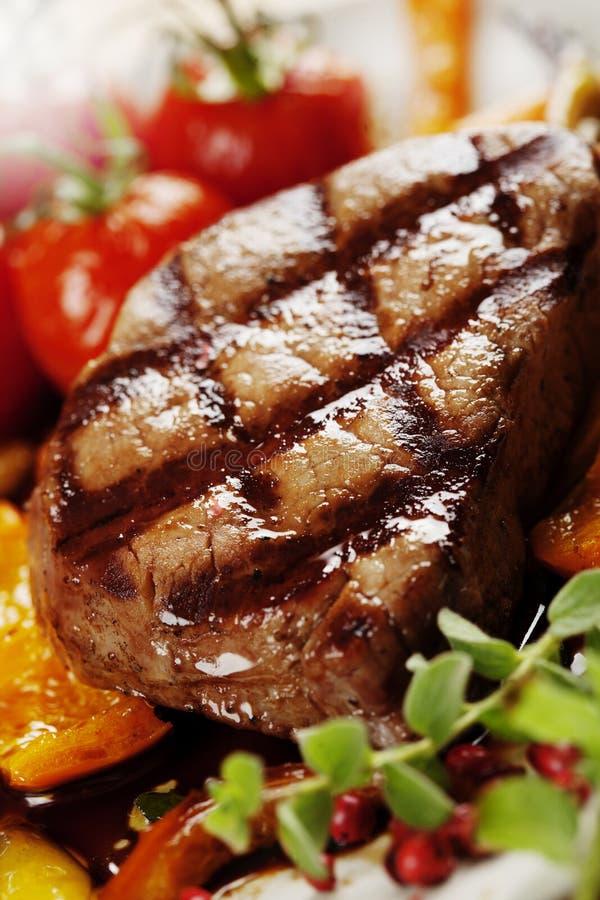 βόειο κρέας που ψήνεται σ& στοκ εικόνες