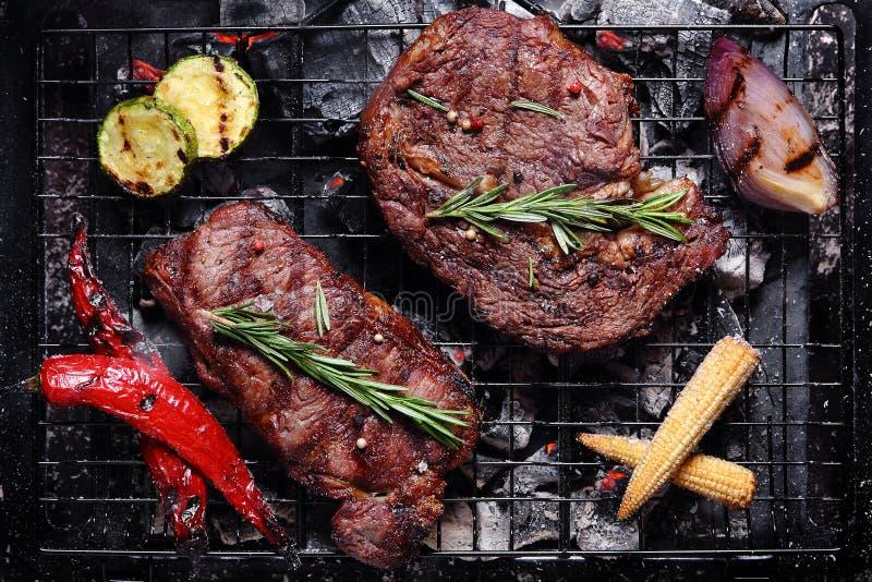Βόειο κρέας στη σχάρα με τα λαχανικά στοκ φωτογραφίες με δικαίωμα ελεύθερης χρήσης