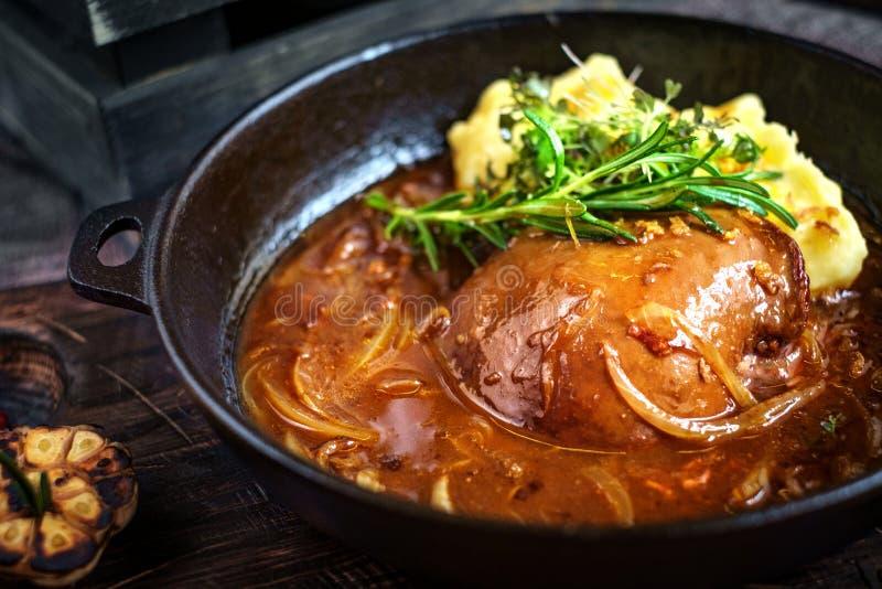 Βόειο κρέας συκωτιού που μαγειρεύεται σε ένα τηγάνι με τις πολτοποιηίδες πατάτες στοκ φωτογραφία με δικαίωμα ελεύθερης χρήσης