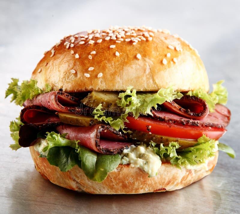 Βόειο κρέας ψητού ή ρόλος pastrami με τις γαρνιτούρες σαλάτας στοκ φωτογραφίες
