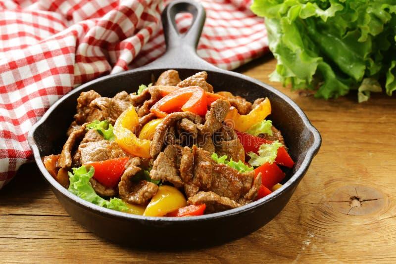 Βόειο κρέας Fajitas με τα ζωηρόχρωμα πιπέρια κουδουνιών στο τηγάνι στοκ φωτογραφίες με δικαίωμα ελεύθερης χρήσης